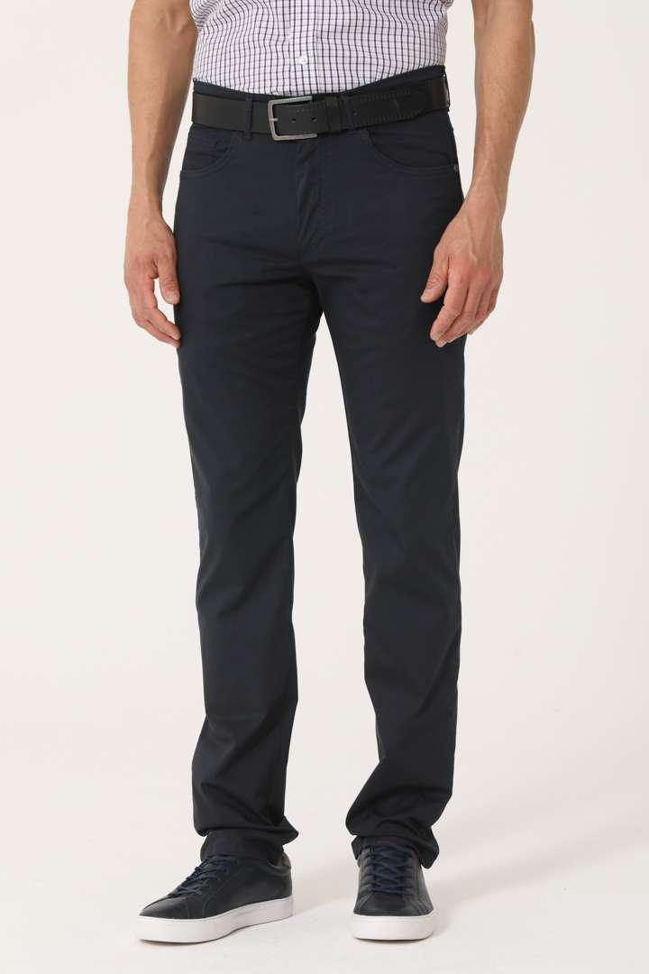 Pantalón cinco bolsillos calce regular de piqué liviano