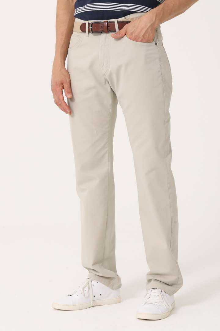 Pantalón cinco bolsillos básico calce regular de gabardina