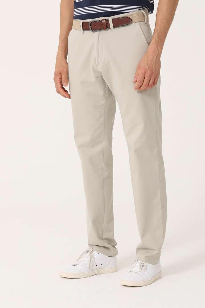 Chino básico calce regular de gabardina