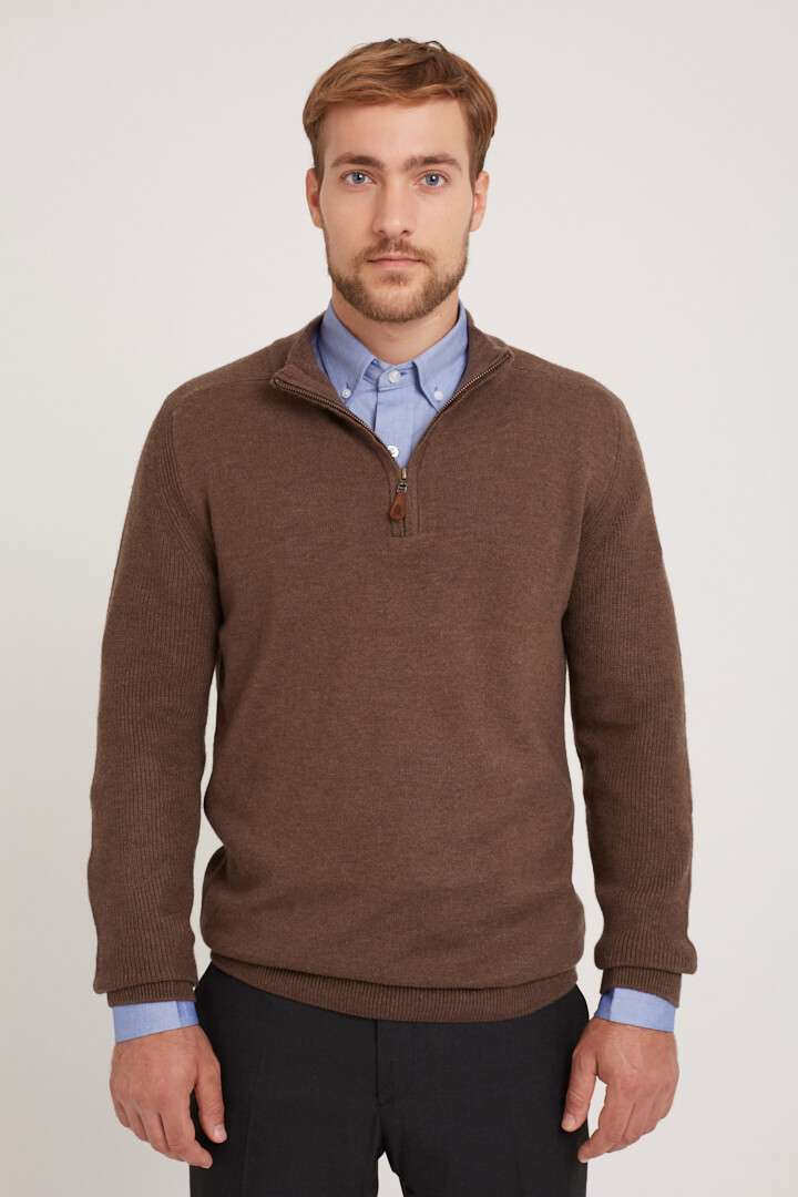 Sweater medio cierre con manga canelón de lana liviana